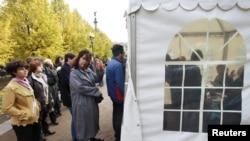 Совсем недавно люди стояли в очереди, чтобы выбрать членов КС. Октябрь 2012 года