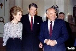 СССРдин Президенти Михаил Горбачёв, АКШнын президенти Роналд Рейган жана жубайы Нэнси Рейган. Москва. 1990-жылдын 18-сентябры.