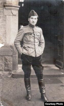 Gheorghe M. Ionescu, ofițer prizonier într-un lagăr din Germania, 1918 (Foto: Arhiva Gheorghe M. Ionescu/Adrian Atanasiu).