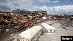 Пока пустые гробы. Уничтоженный город Таклобан, Филиппины, 11 ноября 2013 года