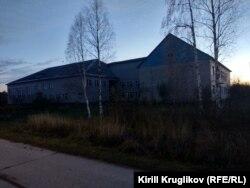 Школа в Лойге, где учился Саша Мишкин