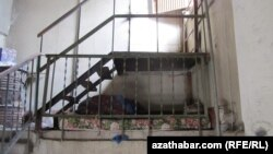 Бездомный в подъезде многоэтажного дома в Ашхабаде (архивное фот)
