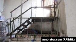 Бездомный в подъезде многоэтажного дома в Ашхабаде (архивное фот).