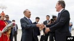 Қазақстан президенті Нұрсұлтан Назарбаев Ұлыбритания премьер-министрі Дэвид Кэмеронды Атырау әуежайында қарсы алып тұр. Атырау, 30 маусым 2013 жыл.