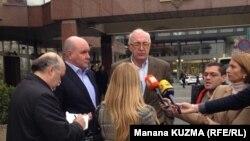 გრიგორი კარასინი (მარცხნიდან მეორე) და ზურაბ აბაშიძე ჟურნალისტებს ესაუბრებიან