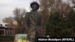 Памятник Суйменкулу Чокморову в Бишкеке. 9 ноября 2017 года.