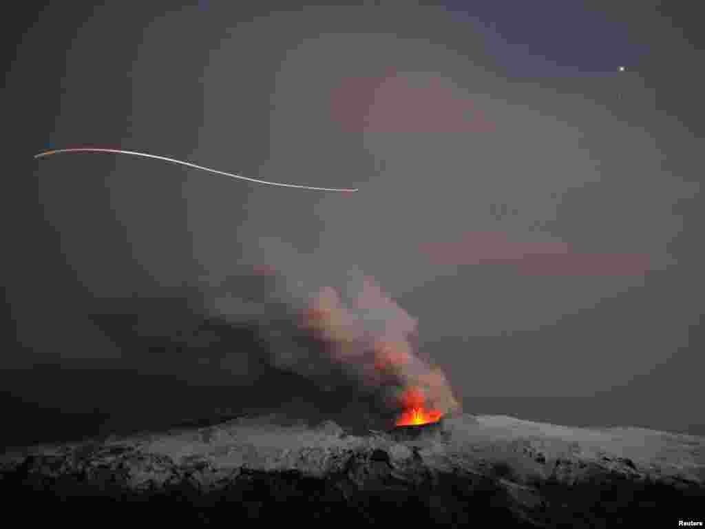 Island - Erupcija vulkana ispod glečera na Islandu, u području Eyjafjallajoekull (Ejafjalajokula), 20.04.2010.