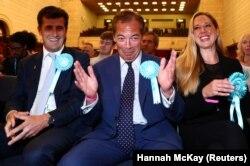 Лидер Партии Брекзита Найджел Фараж (в центре) радуется успеху своей партии на выборах в Европарламент, 27 мая 2019