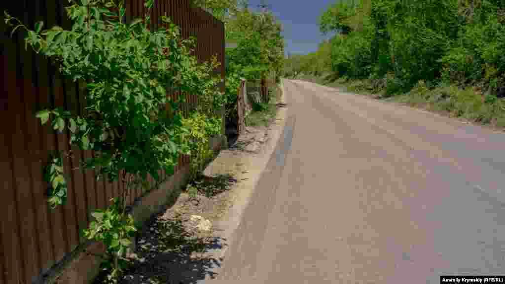 Проезжая часть автодороги влотную прилегает к заборам домовладений