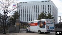 У главных ворот посольства России в Вашингтоне на Висконсин авеню