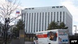 У главных ворот посольства России в Вашингтоне на Висконсин-авеню.