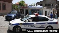 Сотрудники правоохранительных органов с цветными флаерами в руках сегодня несколько озадачили жителей грузинских городов. Люди зачастую не скрывали удивления, когда улыбающиеся полицейские вручали им яркие синие буклеты