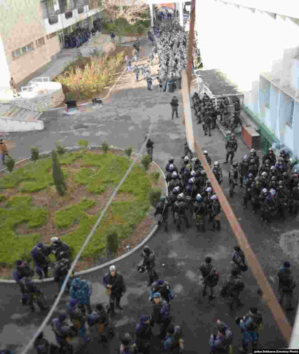Участники митинга выражают свое недовольство отставкой Мелиса Мырзакматова