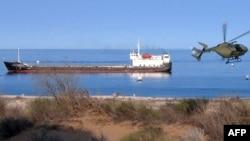 Три месяца грузинские моряки не могут сойти на берег с танкера, дрейфующего у берегов Панамы