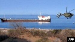 Каспий теңізінде жаттығу өткізіп жүрген Түркіменстан әскери теңіз күштерінің тікұшағы мен кемесі. 5 қыркүйек 2012 жыл.