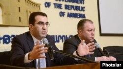 Армения - Заместители министра экономики Армении Гарегин Мелконян и Тигран Арутюнян отвечают на вопросы журналистов, Ереван, 18 февраля 2014 г.