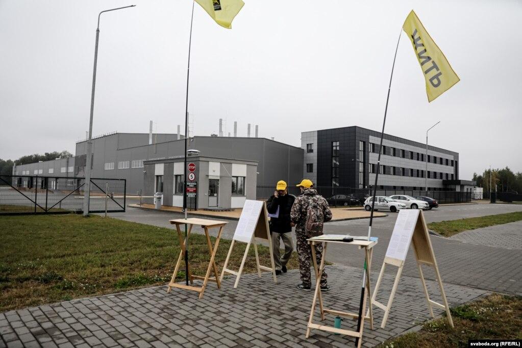 Роман Кисляк и Дмитрий Андросюк на первом легальном пикете возле аккумуляторного завода в Бресте