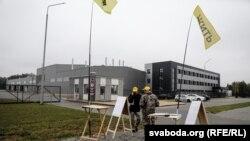 Перадвыбарчы пікет праціўнікаў будаўніцтва акумулятарнага завода каля яго агароджы