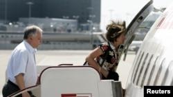 Июль 2007-го. Президент Лех Качиньский и его жена Мария, погибшие сегодня в авиакатастрофе, поднимаются на борт самолета в Варшавском аэропорту.