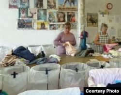Склад, де сортують гуманітарний одяг