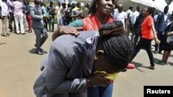 Сотрудница Красного Креста утешает родственницу студента после нападения на университетский городок в Найроби. 3 апреля 2015 года.