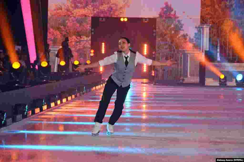 Одна из самых известных японских фигуристок Мао Асада в первом своем выступлении повторила костюм Дениса Тена, в котором он выступал на соревнованиях. Эта спортсменка не впервые в Алматы. Она участвовала здесь в ледовых шоу «Денис Тен и друзья».