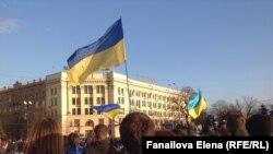 Толпа в центре Харькова у здания обладминистрации