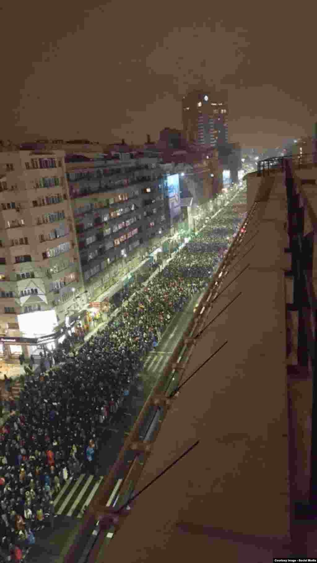 Fotografie a mulțimii demonstranților postată pe rețelele sociale la orele serii...