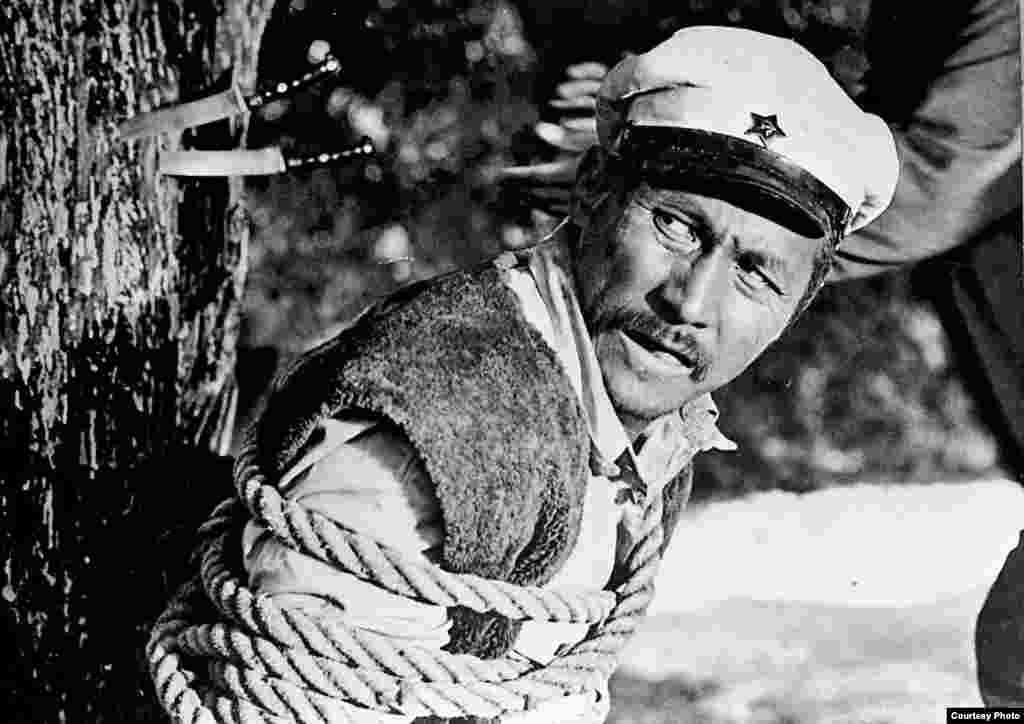 Актер 1939-жылы 9-ноябрда Кыргызстандын Чүй облусуна караштуу Аламүдүн районунун Чоң-Таш айылында туулган. Узака созулган ооруданулам 1992-жылы Бишкекте каза болгон.