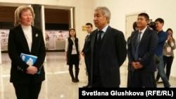 Имангали Тасмагамбетов в бытность заместителем премьер-министра рассматривает выставку на 7-м гражданском форуме. Астана, 25 ноября 2016 года.