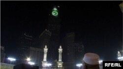 Məkkədəki Böyük Məscidin minarələri indi yeni tikilən, dünyanın ən hündür saat qülləsi - Kral Saatının fonunda cırtdana bənzəyir.