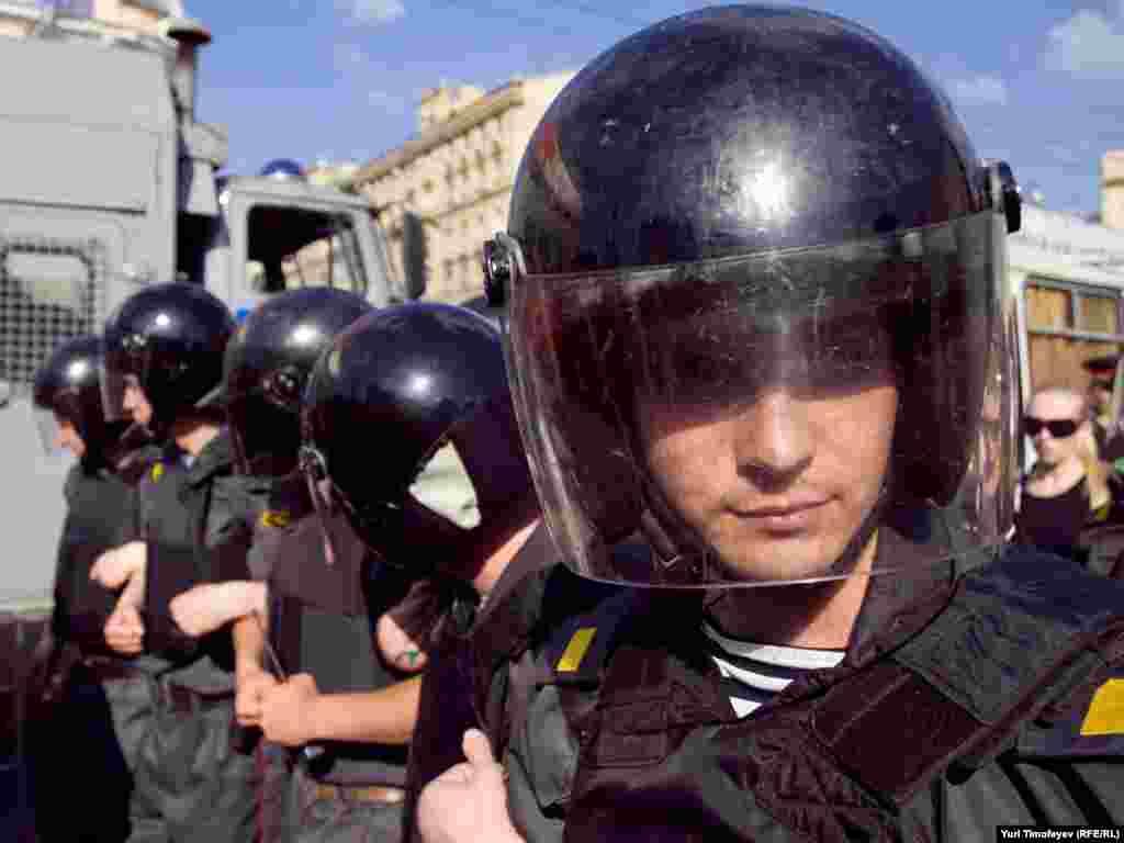 """Для предотвращения акции """"Стратегия-31"""" в защиту свободы собраний полиция использовала тактику """"Не стоит - не демонстрант""""..."""