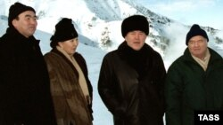 Слева направо: президент Кыргызстана Аскар Акаев с женой, президент Казахстана Нурсултан Назарбаев и президент Узбекистана Ислам Каримов на горнолыжном спортивном комплексе «Чимбулак». 8 января 2001 года.