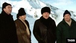 Қырғызстанның сол кездегі президенті Асқар Ақаев (солдан оңға) пен әйелі Майрам, Қазақстан президенті Нұрсұлтан Назарбаев, Өзбекстан президенті Ислам Каримов Шымбұлақ тау базасында. 8 қаңтар 2001 жыл.