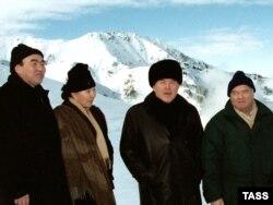 (Слева направо) Аскар Акаев с супругой Майрам Дуйшеновной, Нурсултан Назарбаев и Ислам Каримов с высоты осматривают панораму горнолыжной базы Чимбулак в Казахстане