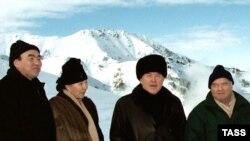 Казахстан, 2001 рік. Зліва Аскар Акаєв із дружиною Майрам, далі Нурсултан Назарбаєв, Іслам Карімов