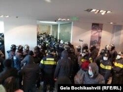 Кадър от акцията на грузинската полиция в централата на опозицията
