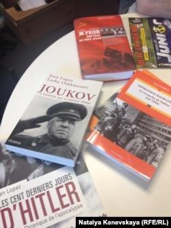 Французское и русское издания биографии маршала Жукова, написанной Жаном Лопезом и Лашей Отхмезури