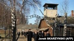 Գերմանիայի կանցլեր Անգելա Մերկելը և Լեհաստանի վարչապետ Մատեուշ Մազովիեցկին այցելեցին Օսվենցիմի (Աուշվիցի) համակենտրոնացման ճամբարի հուշահամալիր, 6 դեկտեմբերի, 2019թ.