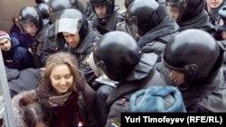 Полициянын атайын күчтөрү оппозиция активисттерин кармоодо. Москва, 31-март, 2012-жыл.