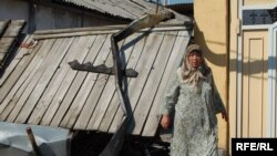 An ethnic Uzbek woman near the remains of a burned-out house in Osh (photo by Janarbek Akaev)