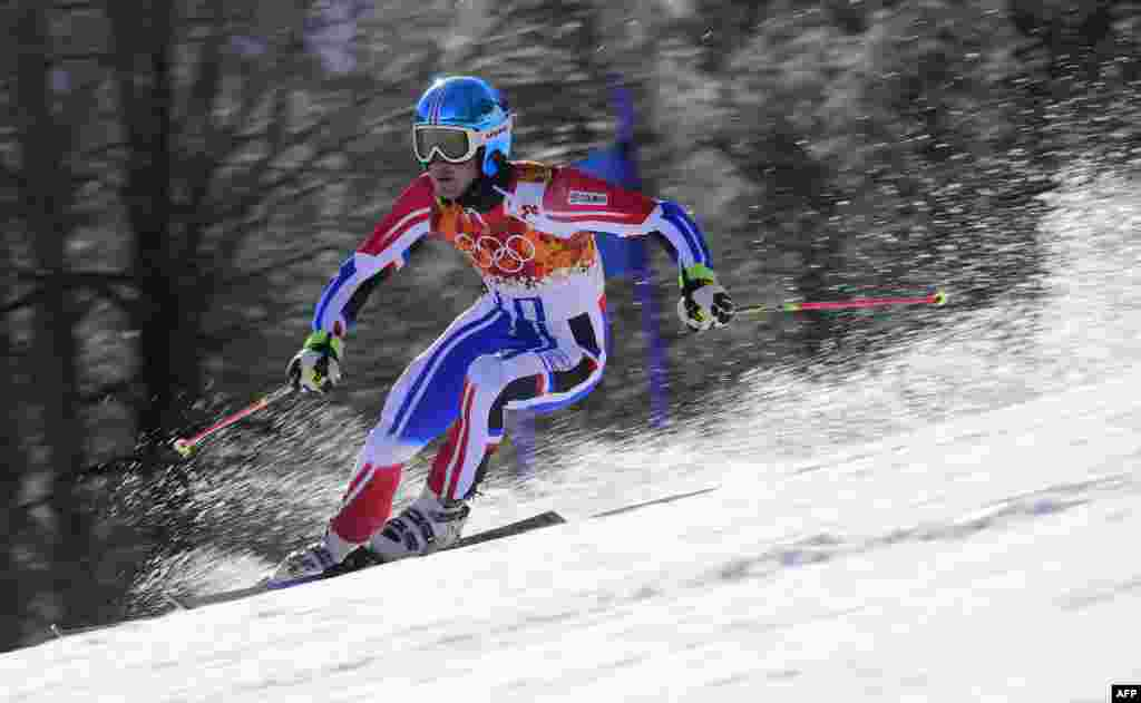 French silver-medal winner Steve Missillier competes during the men's alpine skiing giant slalom (AFP/ Fabrice Coffrini)
