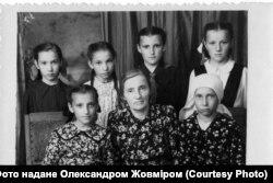 Пелагея Ярошевич (Гречановська) з учнями