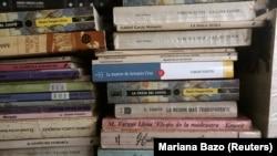 کتابهایی در یک کتابفروشی در لیما، از جمله آثاری از مارکز (برنده نوبل ادبیات ۱۹۸۲)، یوسا (برنده نوبل ادبیات ۲۰۱۰) و فوئنتس (که بارها نامش در گمانهزنیها بود اما هیچوقت برنده نوبل نشد)