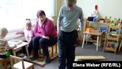 Упражнения для развития моторики ног в специальном детском клубе. Темиртау, 13 ноября 2012 года.