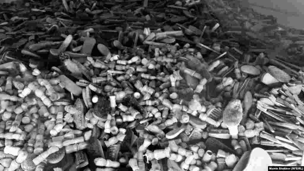 Фрагмент экспозиции государственного музея Аушвиц-Биркенау. Туалетные принадлежности узников