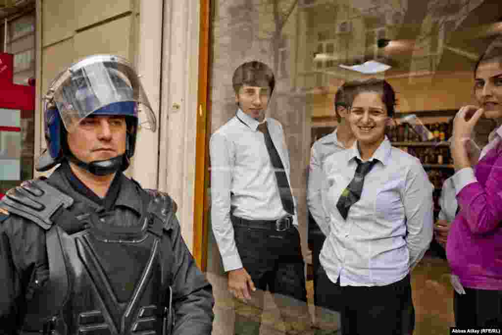 Onlookers to a protest in Baku on January 26, where 40 people were detained. (RFE/RL/Abbas Atilay)