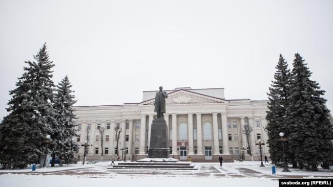 """Цэнтральную плошчу ў Маладэчне часам называюць на стары лад """"Леніна"""", бо помнік Леніну адсюль не прыбралі"""