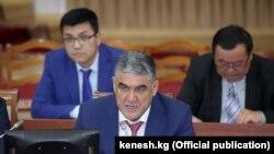 Курсан Асанов ички иштер министринин орун басары кезинде Жогорку Кеңеште маалымат берип жаткан учуру. 2019-жыл.