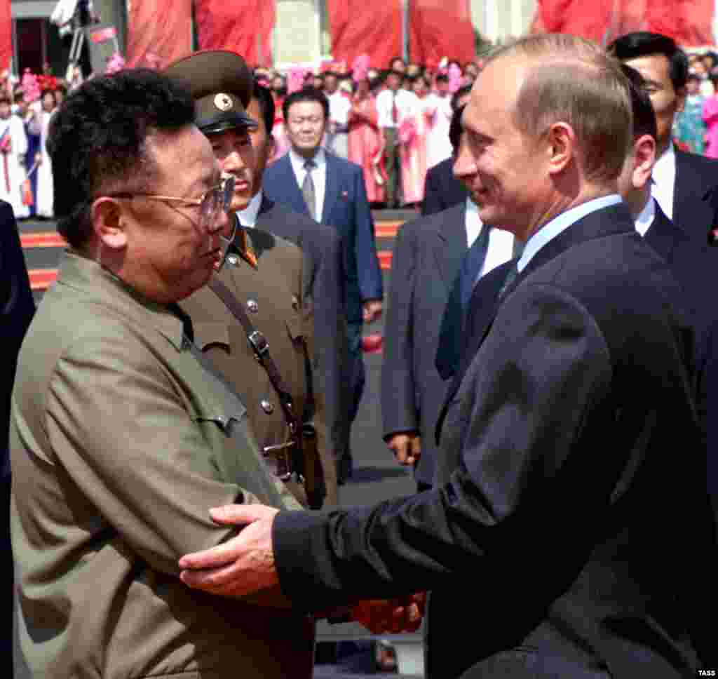Kim (left) welcomes then-Russian President Vladimir Putin to Pyongyang in July 2000.